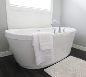 Badewanne mit bereit liegendem Handtuch