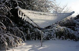 Bild: Eine von Schnee und Eis bedeckte Wäschespinne