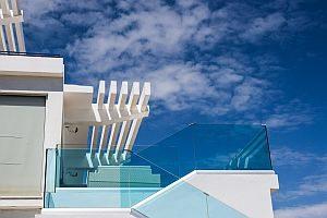 Bild: Ein Balkon im Sonnenschein